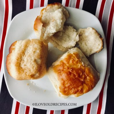 FEATHER DINNER ROLS - an old-fashioned staple from 1930s - www.iloveoldrecipes.com